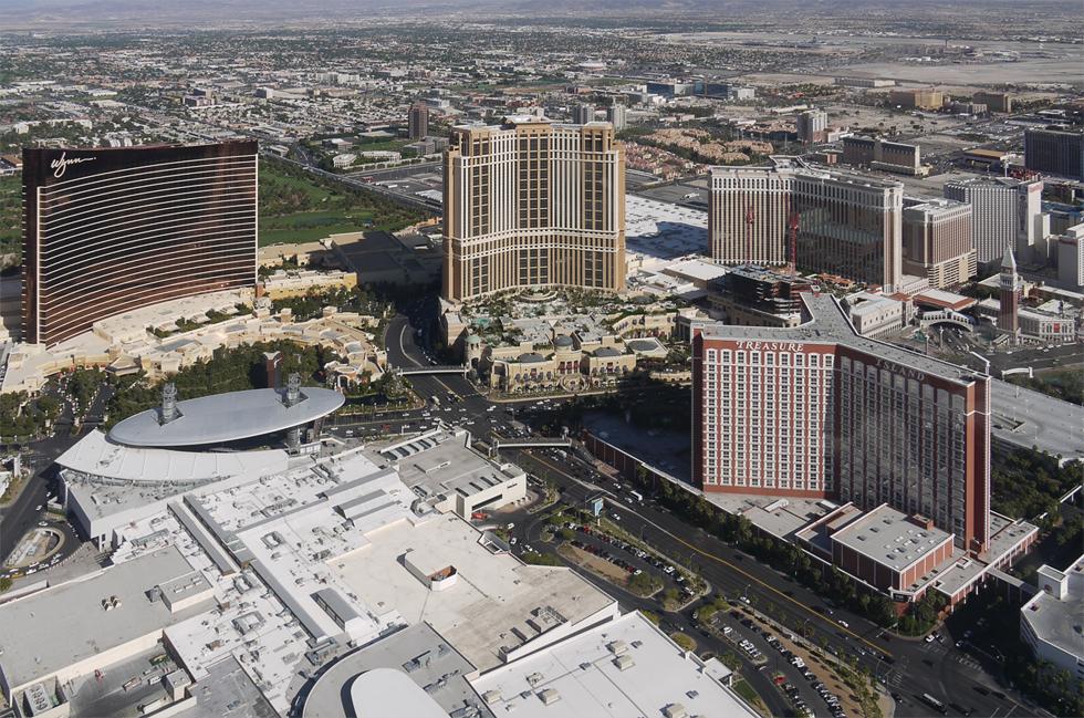 C вертолёта видно масштаб казино. По земле стелются игровые залы и парковки, в небо взмывают массивы гостиничных номеров. Viva, Las Vegas!