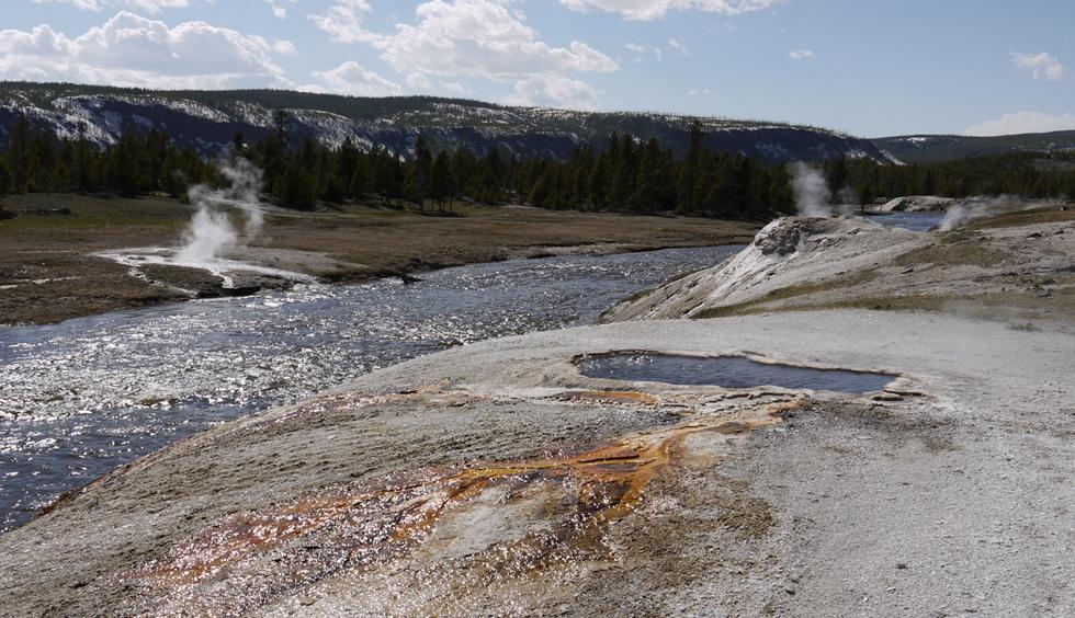 Речка, по берегам которой находится очень много гейзеров и источников.