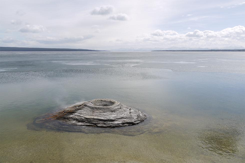 Гейзеры в Йеллоустоуне повсюду, даже в озере Йеллоустоун, которое в конце мая еще покрыто льдом.