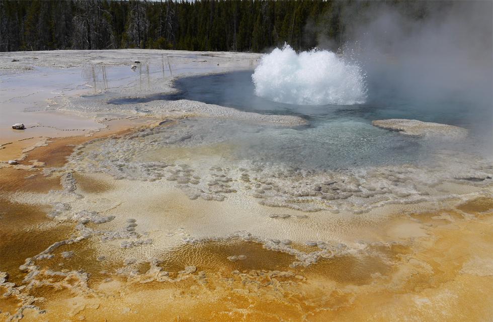 Начало извержения гейзера