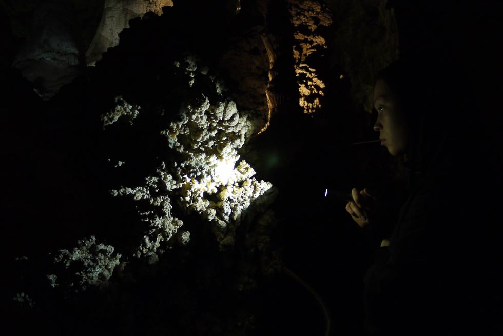 с фонариком по Карлсбадским пещерам