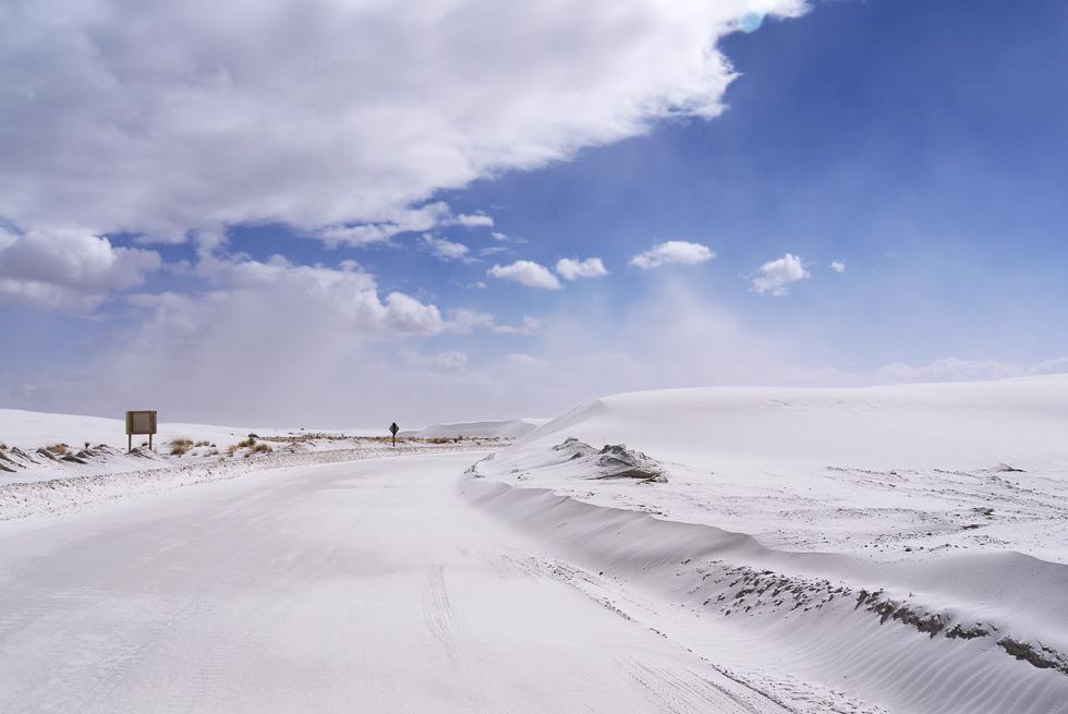 Дорога заваленная песком в Уайт-Сэндз