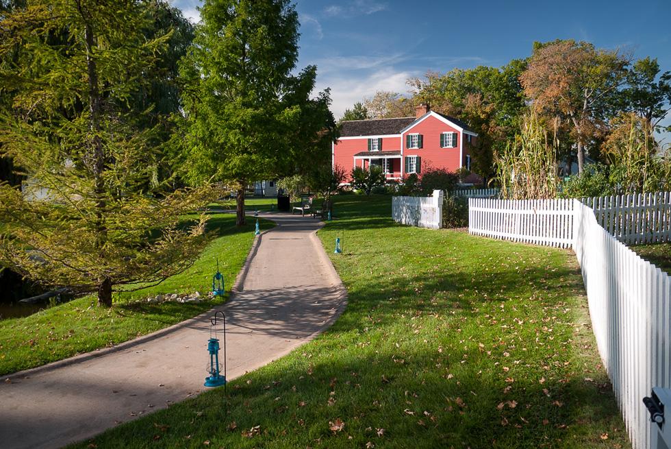 Красный домик, белый забор