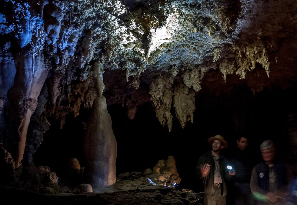 В пещере с гидом