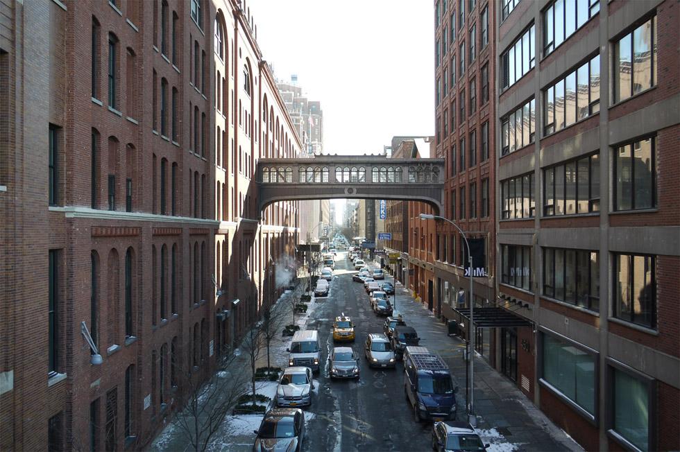 Вид на улицу с переходом между домами