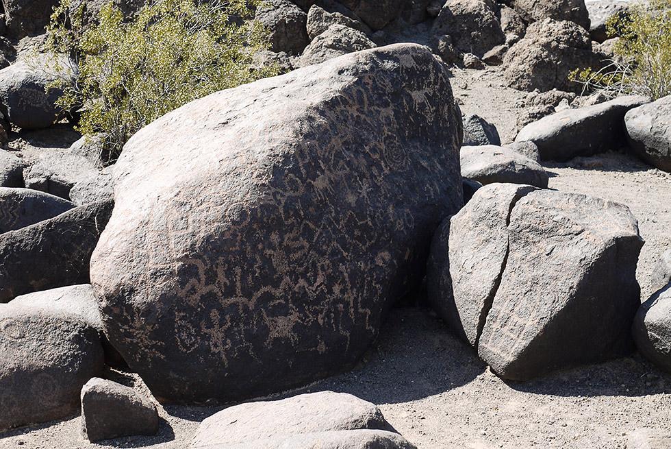 Разрисованный камень в пустыне Сонора