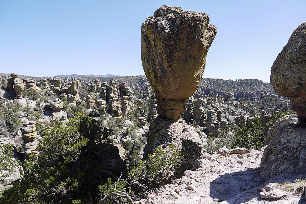 Каменные истуканы