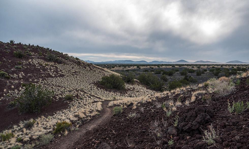 Дорога между вулканических конусов