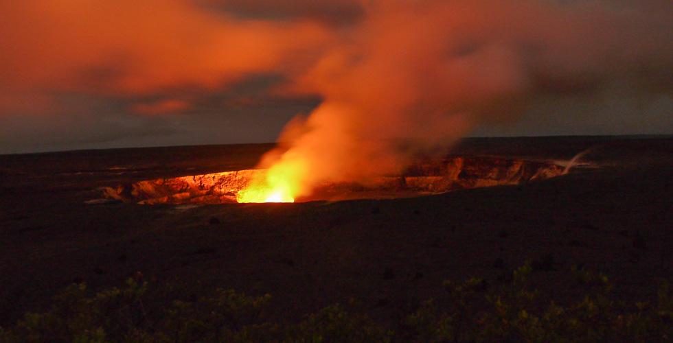 Гавайский вулкан ночью