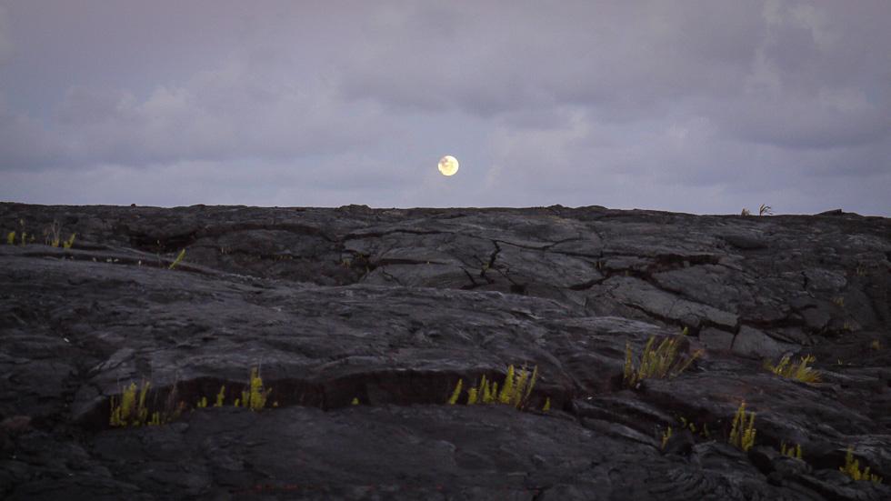 Луна над лавой