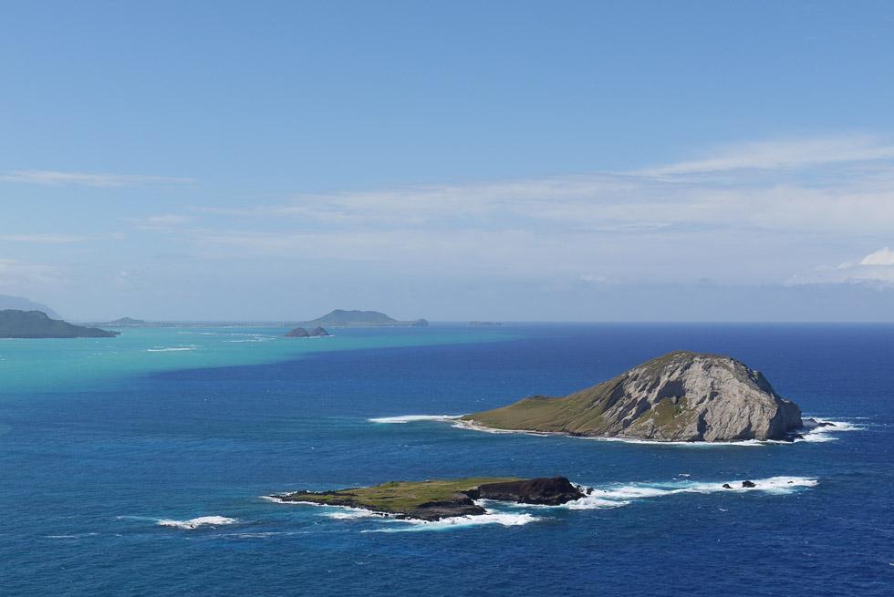 Вид на небольшие острова вблизи острова Оаху