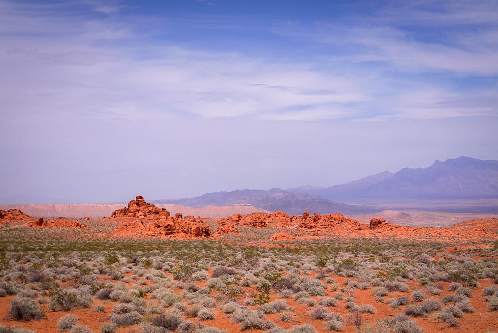 Красный на фоне сизых гор